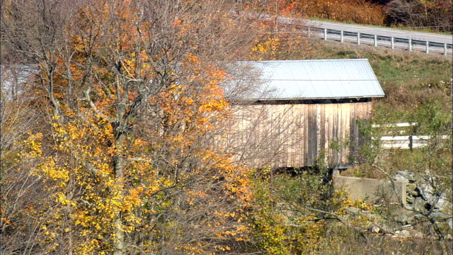 flug enthüllt longley covered bridge - luftbild - vermont, franklin county, vereinigte staaten von amerika - überdachte brücke brücke stock-videos und b-roll-filmmaterial