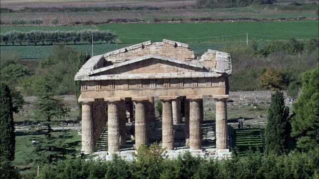 flug bietet den tempel des poseidon-luftaufnahme-kampanien, provincia di salerno, capaccio, italien - frontgiebel stock-videos und b-roll-filmmaterial
