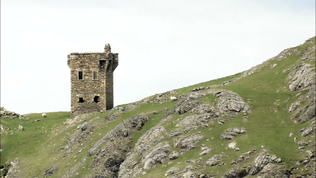 vídeos de stock, filmes e b-roll de voo partida velho veja tower-vista aérea de ulster, donegal, irlanda - província de ulster