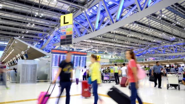 flugpläne im flughafen-terminal zeitraffer - passenger stock-videos und b-roll-filmmaterial