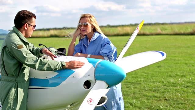 stockvideo's en b-roll-footage met vliegschool - piloot