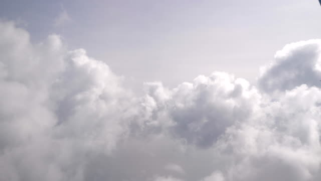 Vlucht door de wolken in 4K