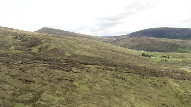 フライトを meenacurrin マウンテン航空写真-アルスター、ドニゴール、アイルランド - アルスター州点の映像素材/bロール