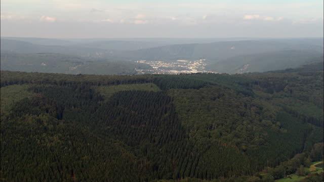 vidéos et rushes de vol vers bogny-sur-meuse-vue aérienne-champagne-ardenne, ardennes, arrondissement de charleville-mézières, france - valley