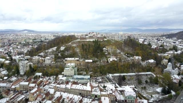 flight towards the brasov citadel; early winter scenery - siebenbürgen stock-videos und b-roll-filmmaterial