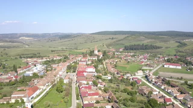 vidéos et rushes de flight towards the fortified church in cincu - transylvanie