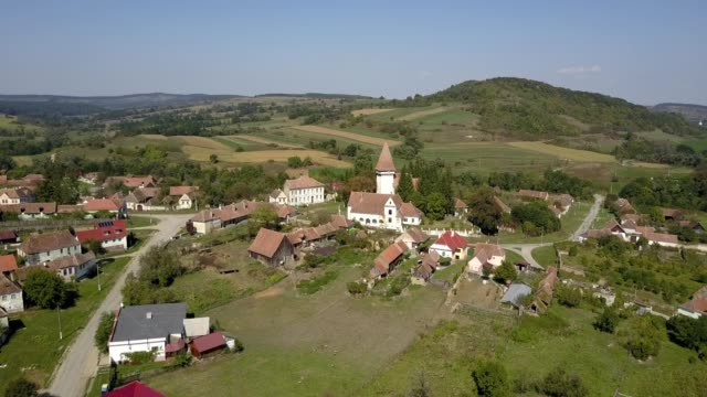 vidéos et rushes de flight towards the fortified church in somartin, sibiu - transylvanie