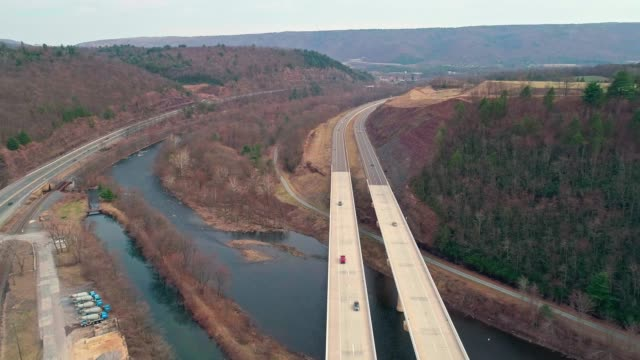 Flug unter der hohen Brücke über den Fluss Lehigh an der Pennsylvania Turnpike. Vorwärtsbewegung der Kamera