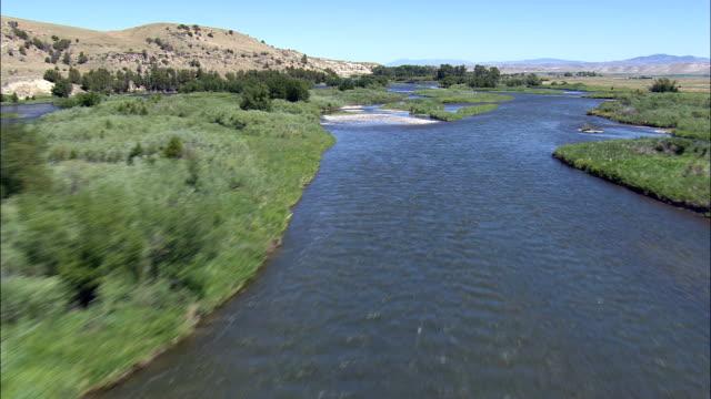 vídeos de stock, filmes e b-roll de voo até o rio madison-vista aérea-montana, gallatin county, estados unidos - baixo posição