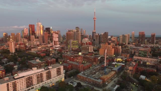 vidéos et rushes de flight view from drone of toronto cityscape at dawn - toronto