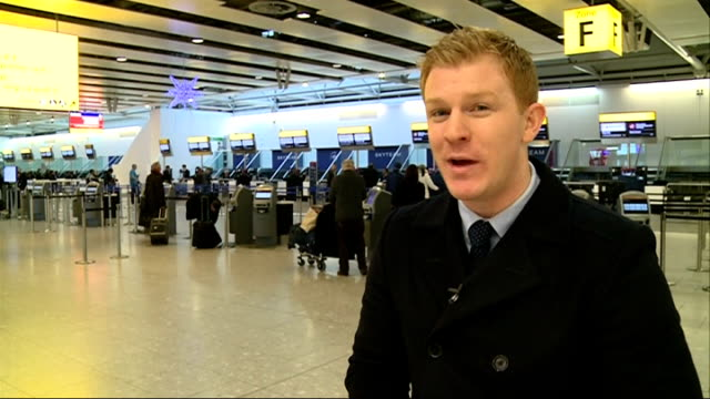 flights cancelled after failure of uk air traffic control system man crouching dow in airport terminal using mobile phone reporter to camera vox pop... - air traffic control点の映像素材/bロール