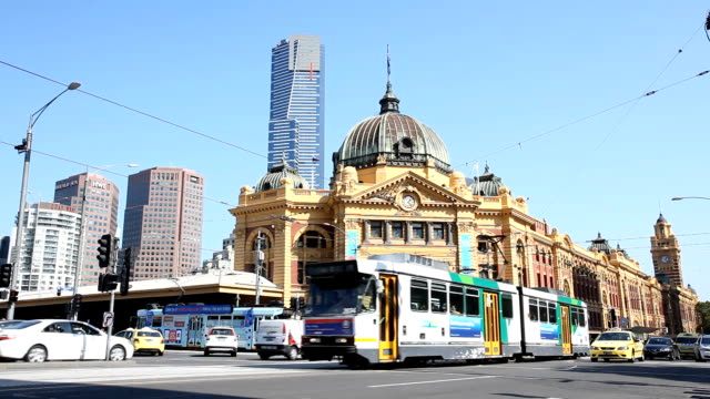 flinders street station in melbourne - tram stock-videos und b-roll-filmmaterial