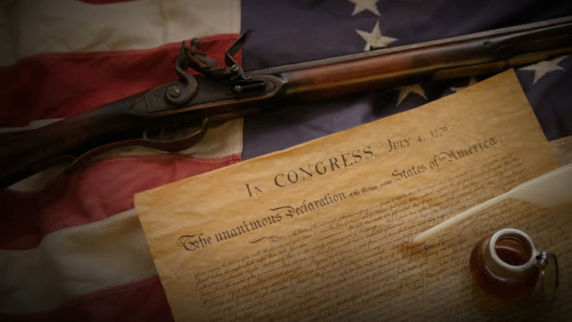 vidéos et rushes de flintlock rifle, american flag and the declaration of independence - culture américaine