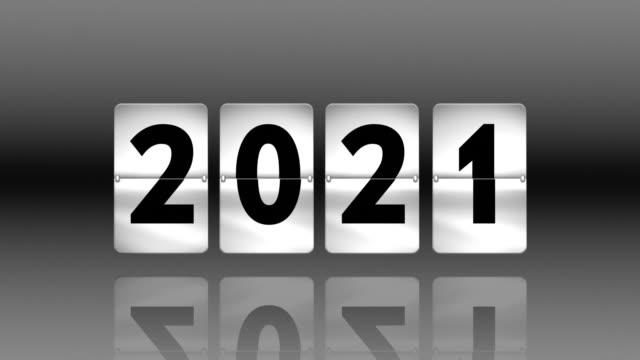 vídeos de stock, filmes e b-roll de inverter relógio contagem regressiva. voltando-se para 2021 - cinza descrição de cor