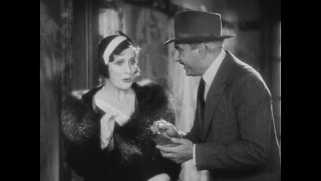 vidéos et rushes de 1931 flippant woman (irene dunne) is questioned bout missing jewels by excited police inspector (eddie kane) - 1931