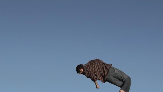 stockvideo's en b-roll-footage met flippin' out - trampoline