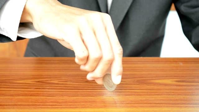 反転(反転)、コインの木製テーブルに設置します。 - コイントス点の映像素材/bロール
