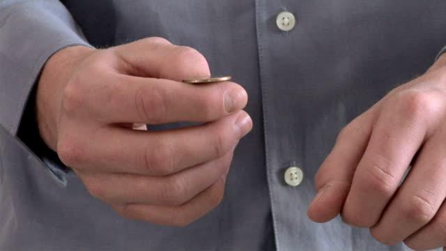 flipping a coin - コイントス点の映像素材/bロール