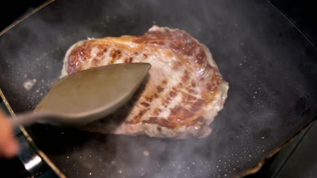 リブアイ ステーキのグリル パンで反転 - 調理用へら類点の映像素材/bロール