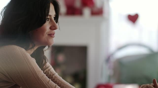 彼女のバレンタインデーの日付と手をつないで浮気女性 - part of a series点の映像素材/bロール