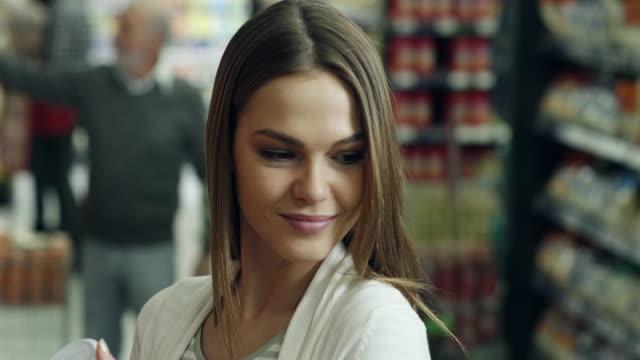 flirten im supermarkt - flirten stock-videos und b-roll-filmmaterial