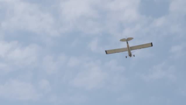 4 k uhd slomo: 夏の午後に湖のうち飛ぶ飛行機のフロート - プロペラ機点の映像素材/bロール