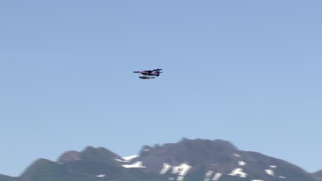 a float plane flies above alaska's snowy mountains. - プロペラ機点の映像素材/bロール