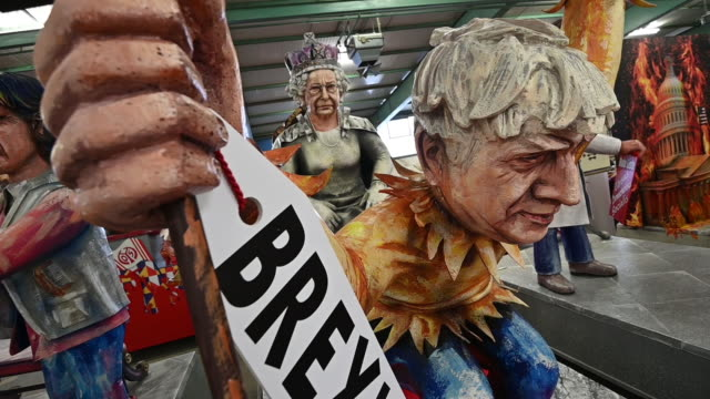 stockvideo's en b-roll-footage met float that depicts british prime minister boris johnson holding a brexit sign while showing the queen elisabeth his bare backside is displayed during... - satire