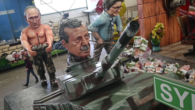 stockvideo's en b-roll-footage met float that depicts 'putings panzerfahrt' during a press preview by the mainzer carnival club on february 18, 2020 in mainz, germany. the russian... - satire