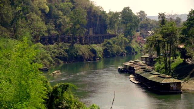 リバー クウェー カンチャナブリ、タイのフローティングハウス。 - 木立点の映像素材/bロール