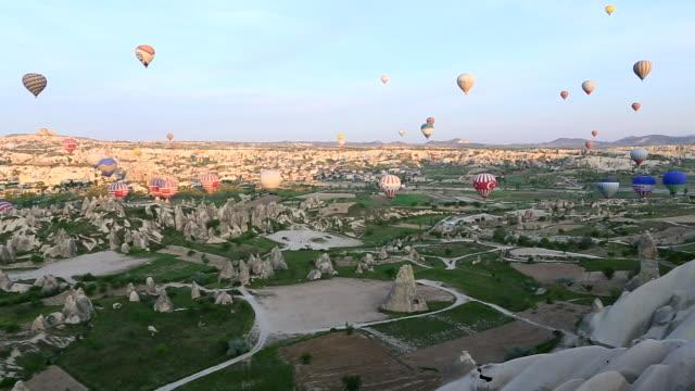 vídeos de stock, filmes e b-roll de floating into goreme, cappadocia, turkey - festa do balão de ar quente