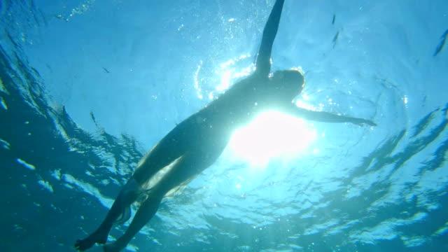 水に浮かぶ。海のリラクゼーション - in silhouette点の映像素材/bロール