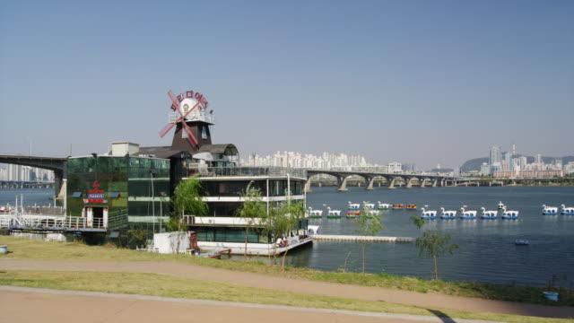 vídeos y material grabado en eventos de stock de floating restaurant on huangang river - restaurante flotante