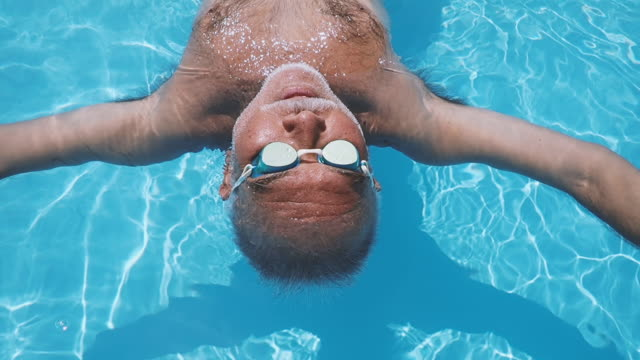 vidéos et rushes de floating senior man on the water - flotter sur l'eau