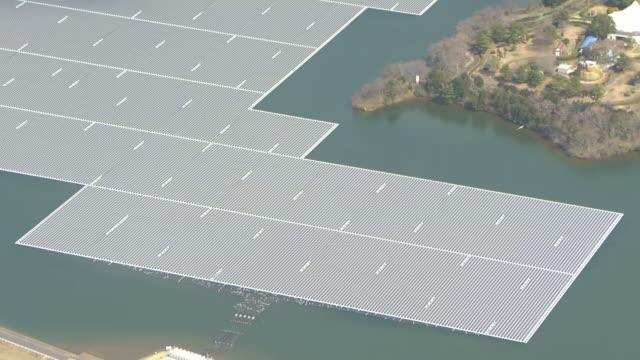 vídeos y material grabado en eventos de stock de aerial, floating solar power plant, chiba, japan - energía solar