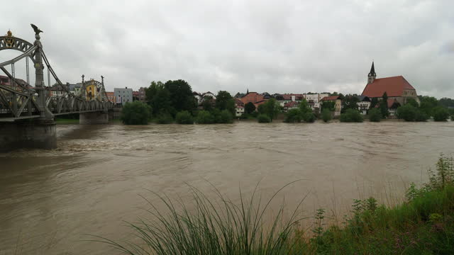 stockvideo's en b-roll-footage met flood at river salzach and the city of laufen, bavaria july 2021 - oostenrijkse cultuur