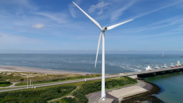 vidéos et rushes de flood barrier and wind turbine - limite