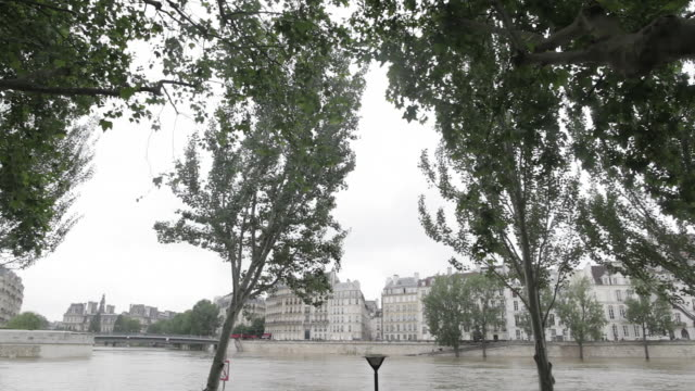 flood in paris, near saint louis island and marie bridge - saint louis bildbanksvideor och videomaterial från bakom kulisserna