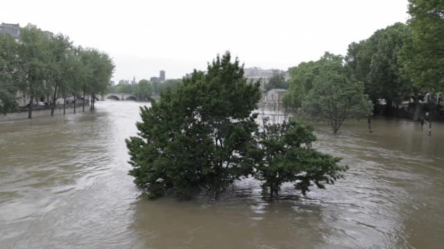 flood in paris, near the bridge marie - snabb panorering bildbanksvideor och videomaterial från bakom kulisserna