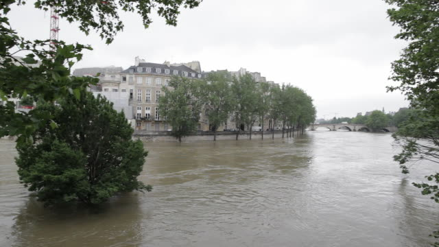 flood in paris, near the isle saint louis - snabb panorering bildbanksvideor och videomaterial från bakom kulisserna