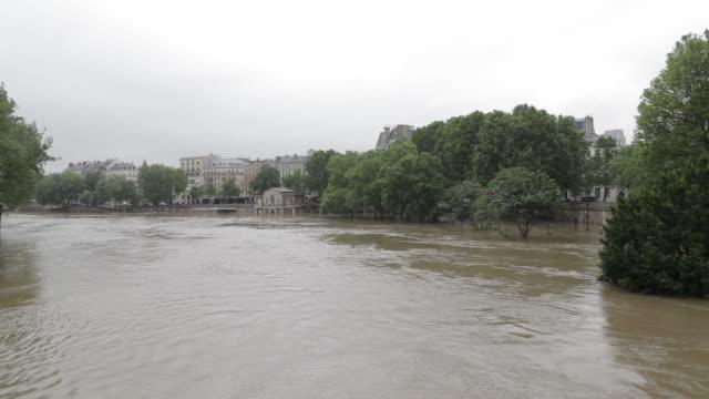 flood in paris, near the isle saint louis - saint louis bildbanksvideor och videomaterial från bakom kulisserna
