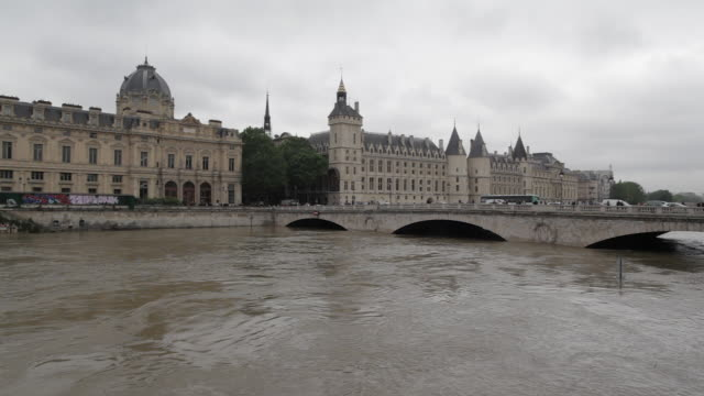 flood in paris, view of ile de la cité, la conciergerie - river seine stock videos & royalty-free footage