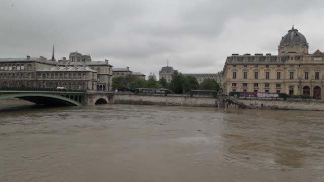 vidéos et rushes de flood in paris, view of ile de la cité - panoramique rapide
