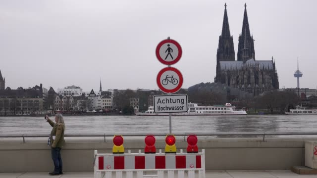 flood of river rhine at deutzer werft, cologne, january 2018, north rhine-westphalia, germany - überschwemmung stock-videos und b-roll-filmmaterial