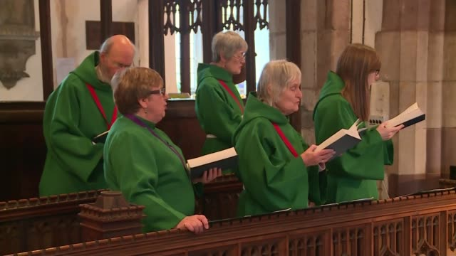 vidéos et rushes de flood warning across area of england and wales int people attending church service choir in church baubles hanging on christmas tree - service religieux