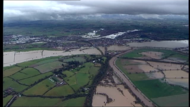gloucestershire river severn houses and villages alongside flooded river with burst banks track - river severn stock videos & royalty-free footage
