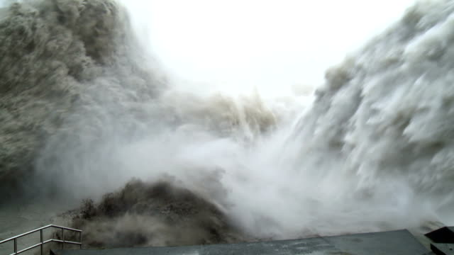 flood water bursts from hydroelectric dam  - überschwemmung stock-videos und b-roll-filmmaterial