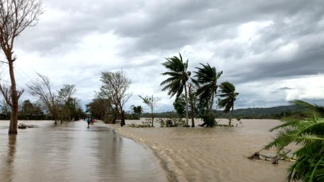 vídeos de stock e filmes b-roll de flood water cover street after typhoon kammuri dumps heavy rain - filipinas