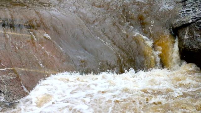 vidéos et rushes de eaux de crue rapide coulant de montagne gonflé - barrage