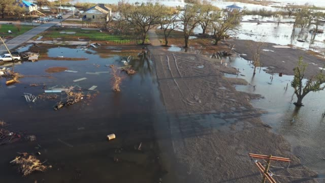 vidéos et rushes de flood waters from hurricane delta circulate near structures damaged by hurricane laura on october 10, 2020 in cameron, louisiana. hurricane delta... - gulf coast states